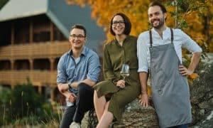 Marius Tröndle (links), Kerstin Bauer und Max Goldberg sind die Gastgeber im Romantik Boutique-Hotel Mühle Schluchsee. (Foto: Romantik Boutique-Hotel Mühle Schluchsee)