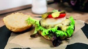 Grillen mit der Kartoffel: Rezepte für Kartoffel-Burger-Buns und Kartoffelsalat