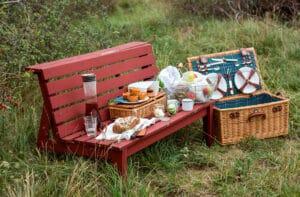 Was ist praktisch für das Speisen unter freiem Himmel? Die Studierenden der Akademie für Gestaltung entwickeln Ideen. Picknickkorb und Bank