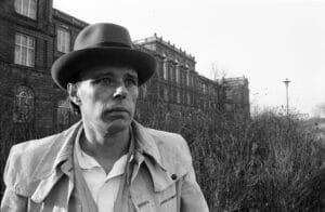 Joseph Beuys (1921-1986), deutscher Künstler, von 1961-1973 war er Professor an der Düsseldorfer Kunstakademie. Die Aufnahme entstand vor der Kunstakademie.